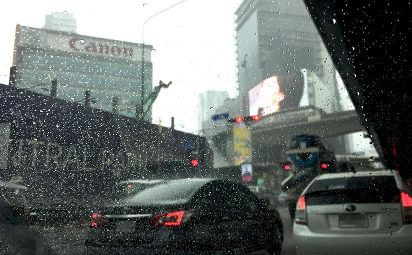 เข้าเมืองในเช้าฝนตก(หนัก)